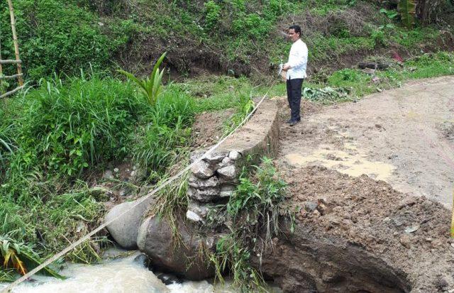Dinas PUPR Kab. Solok Tinjau Jembatan Sawah Kandang Yang Rusak Akibat Hujan Lebat