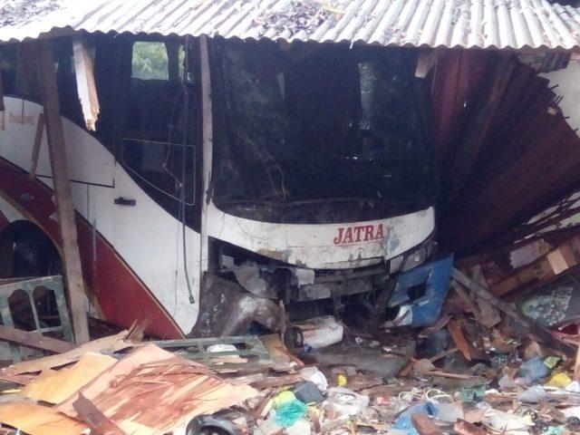 Laka di Lintas Sumatera, Bus Seruduk Warung di Padang Sibusuk