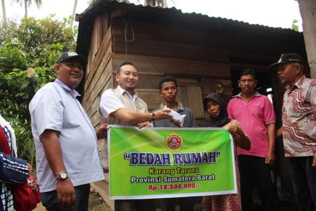 Karang Taruna Sumbar Serahkan Bantuan Bedah Rumah di Rao Pasaman