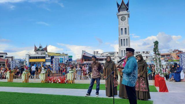 Walikota Launching Batik Bukittinggi di Jam Gadang