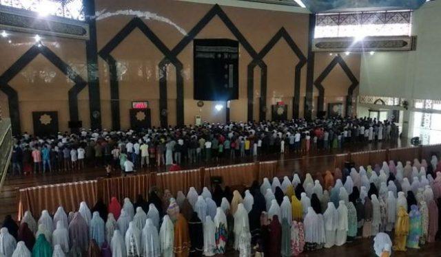 Masyarakat Kota Solok Shalat Gerhana di Masjid Agung