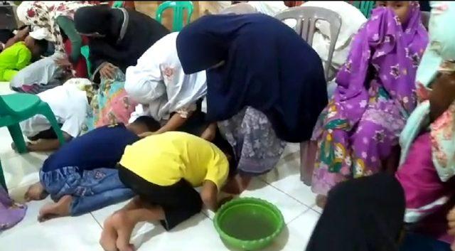 Haru di Masjid Jihad Parak Gadang, Peserta Camp Tahfiz Cuci Kaki Orang Tua