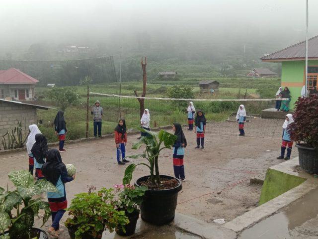 Dingin dan Gerimis, Tak Surutkan Semangat Siswa MTsS Bukit Sileh Gelar Class Metting