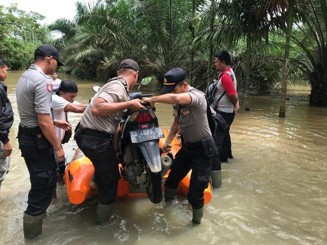 Personil Polres Solok Selatan Bantu Korban Banjir Bandang