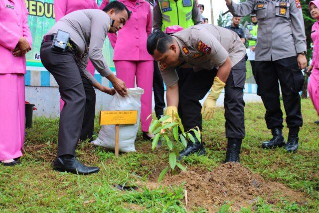 Peduli Lingkungan, Polres Solok Tanam Pohon