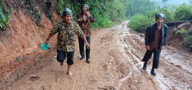 Sertijab Kepala SMP Tigo Lurah, Buka Sepatu dan Pakai Payung Asoy