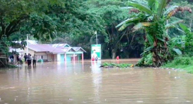 Banjir di Dharmasraya Lumpuhkan Jalan Lintas Sumatera