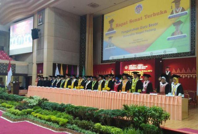 4 Guru Besar UNP Dikukuhkan Rektor