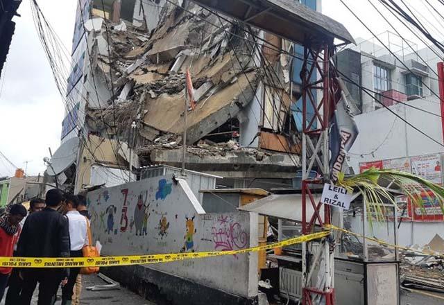 Jakarta : Gedung 4 Lantai Roboh di Slipi