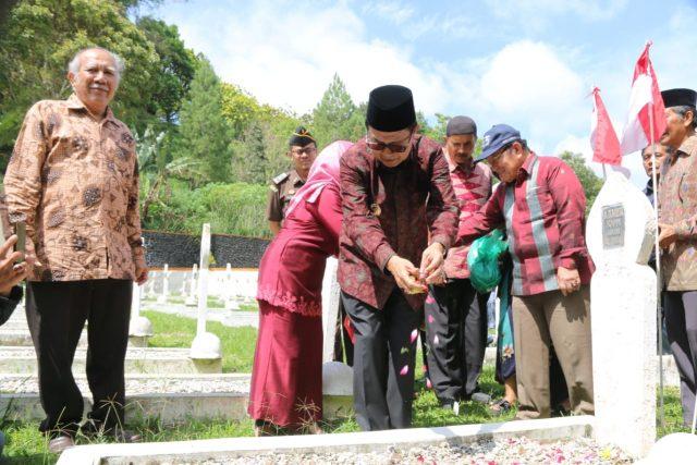 Peringatan Tritura di TMP Kusuma Bhakti Bukittinggi