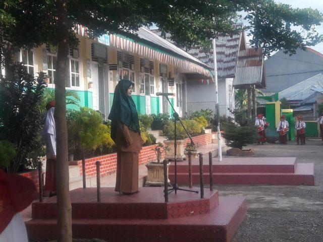 Upacara Bendera dan Shalat Duha, Awali Pekan Ini di MIN 1 Solok