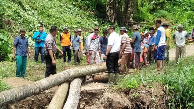 Camat Kubung Ikut Goro Bangun Jembatan Darurat di Sawah Kandang Salayo