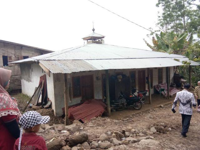 Rumah Dilanyau Longsor, Guru Atri Menetap di Mushalla