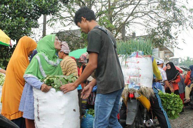 Senyum Amai dan Derap Langkah Uwan di Pasar Padang Panjang