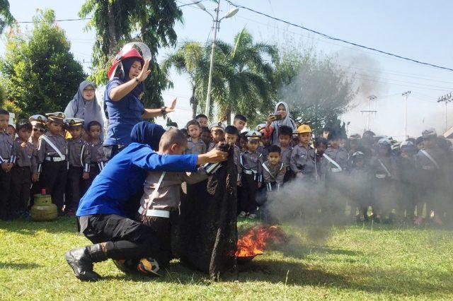 Polisi Cilik Serbu Mako Damkar Kota Solok, Anak Paud Asyik Main Api Dengan Srikandi