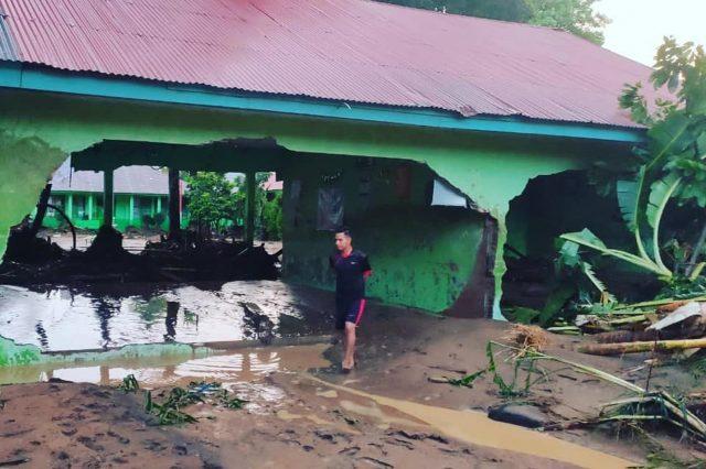 Jelang UJian Nasional, Lokal dan Komputer MTsN 13 Agam Diterjang Banjir