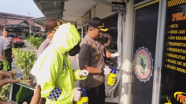 Kapolres Solok Kota Pimpin Penyemprotan Disenfektan di Mako dan TK Bhayangkari
