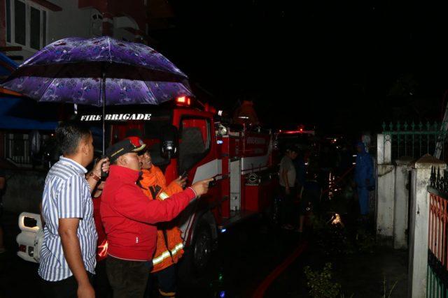 Walikota Bukittinggi Dampingi Damkar Padamkan Api di Garegeh