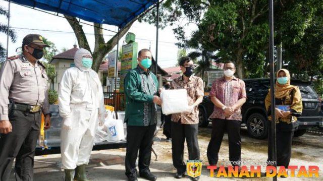 Wagub Nasrul Abit Serahkan Bantuan APD untuk Puskesmas Lima Kaum I