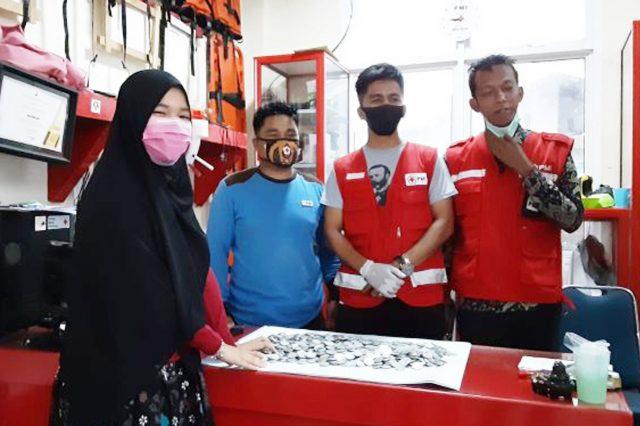 Siswi Madrasah Berikan Kacio Bantu PMI Kota Solok