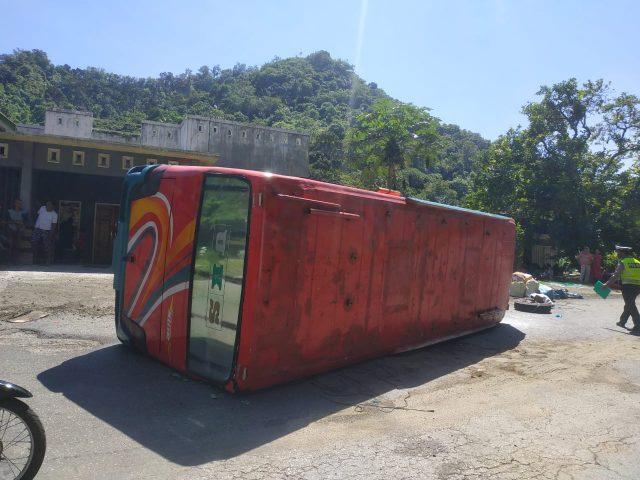 Elakkan Lobang, Bus Sipirok Nauli Terbalik di Sungai Lasi