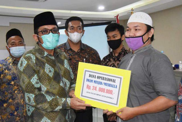 Guru MDTA dan Imam Mesjid di Padang Terima Dana Operasional